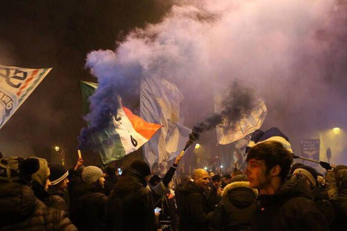 Per celebrare i 119 anni della Lazio alcuni tifosi attaccano la polizia