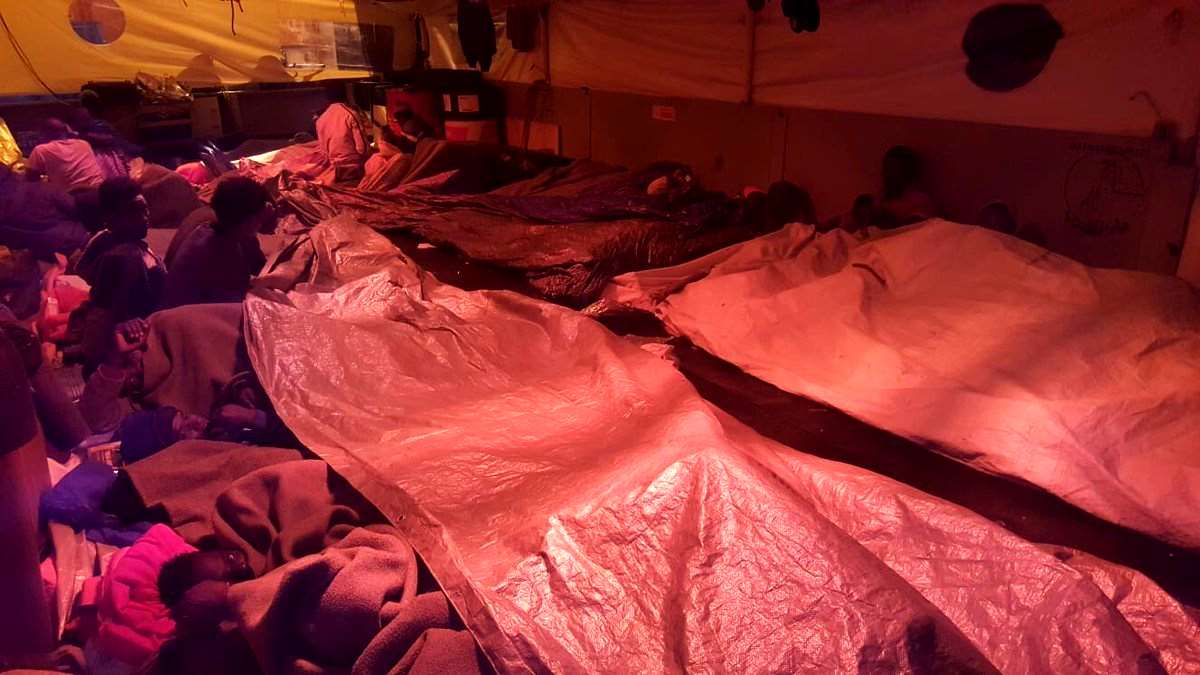 La nave Sea-Watch 3 con 47 migranti a bordo cerca riparo in Italia dal mare forza 7, Salvini dice no