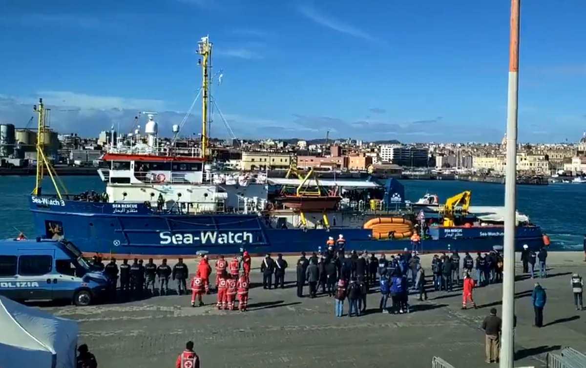 I 47 migranti sulla Sea-Watch sono sbarcati a Catania