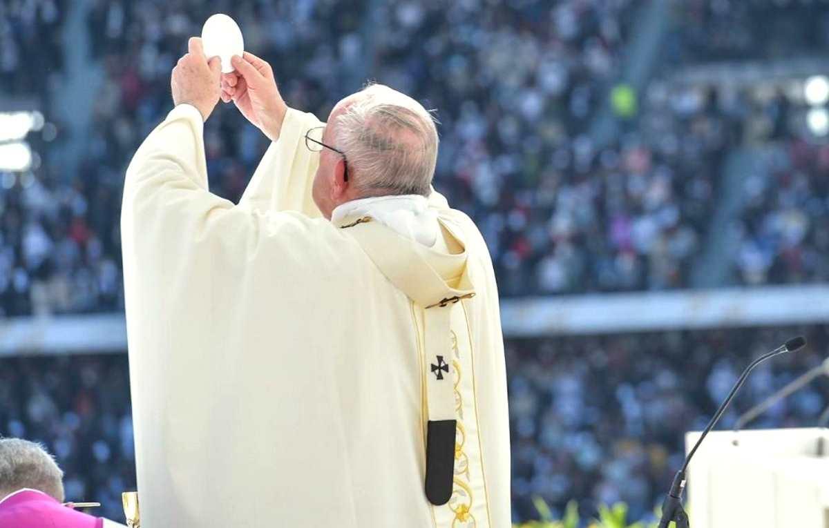 Si è conclusa la visita del Papa negli Emirati con la Messa allo stadio Zayed Sports City