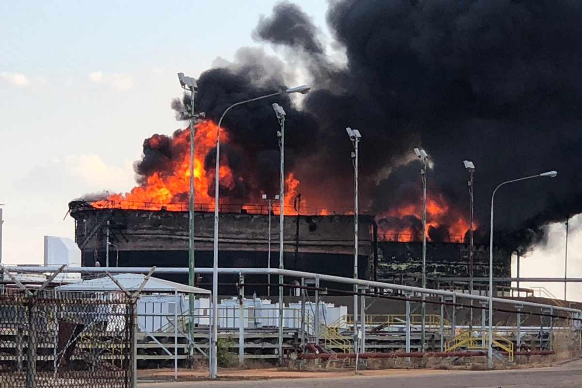 Il Venezuela annuncia prima la fine del blackout e subito dopo un nuovo attentato contro un deposito di petrolio