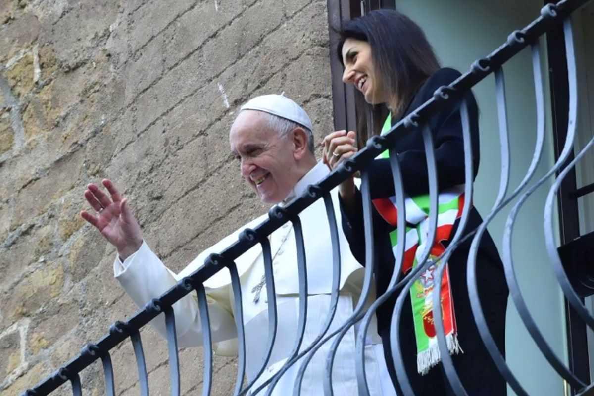 Il Papa questa mattina ha fatto visita alla sindaca di Roma, recandosi in Campidoglio