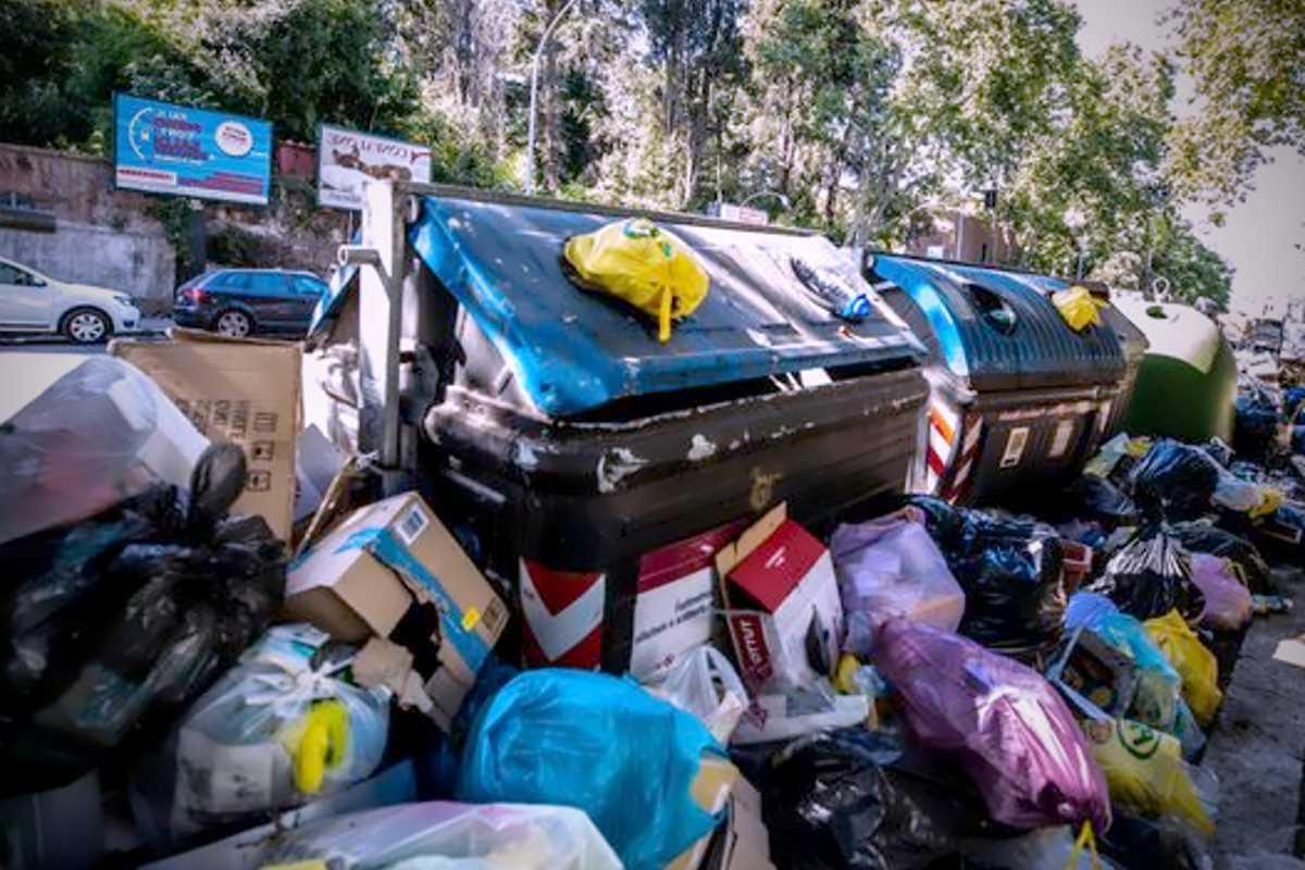 Secondo i 5 Stelle, la colpa della spazzatura che ristagna nelle strade di Roma è di Zingaretti
