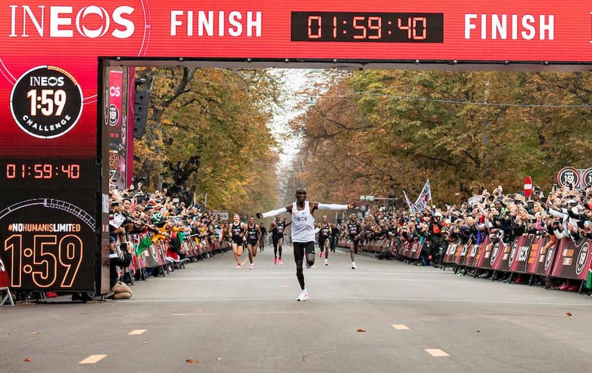 Eliud Kipchoge è il primo atleta al mondo a rompere il muro delle 2 ore nella maratona