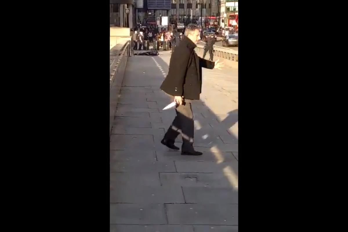 Possibile episodio di terrorismo a Londra, la polizia spara ad un uomo dopo che era stato disarmato da alcuni passanti