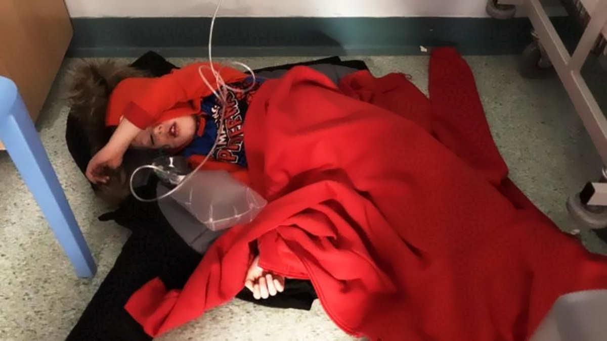 Un bambino ricoverato per terra in un ospedale britannico: Johnson non vuole guardarne la foto