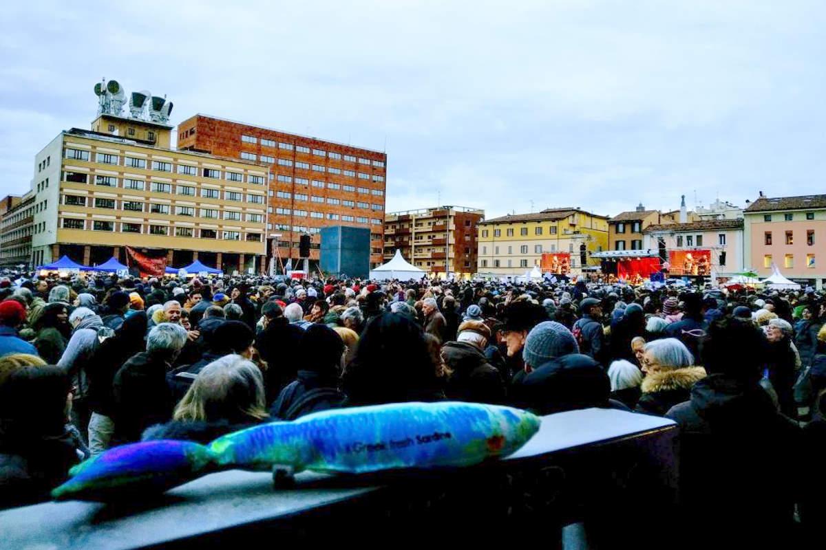 Bentornati in mare aperto! Migliaia di sardine a Bologna riempiono piazza 8 Agosto