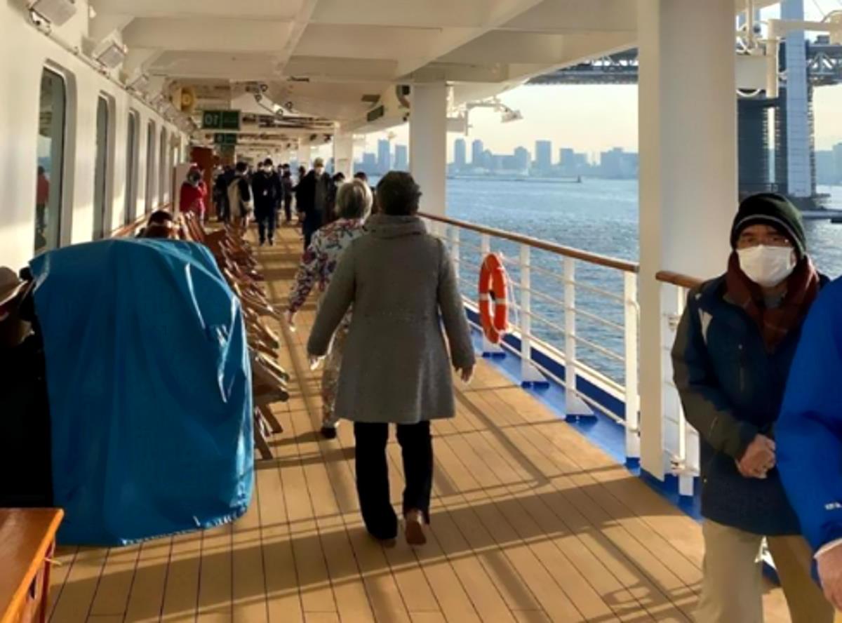 Ancora una settimana di quarantena per le persone a bordo della Diamond Princess ancorata nel porto di Yokohama