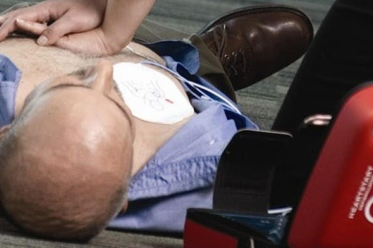 Il defibrillatore (DAE), uno strumento così vitale ma troppo poco diffuso