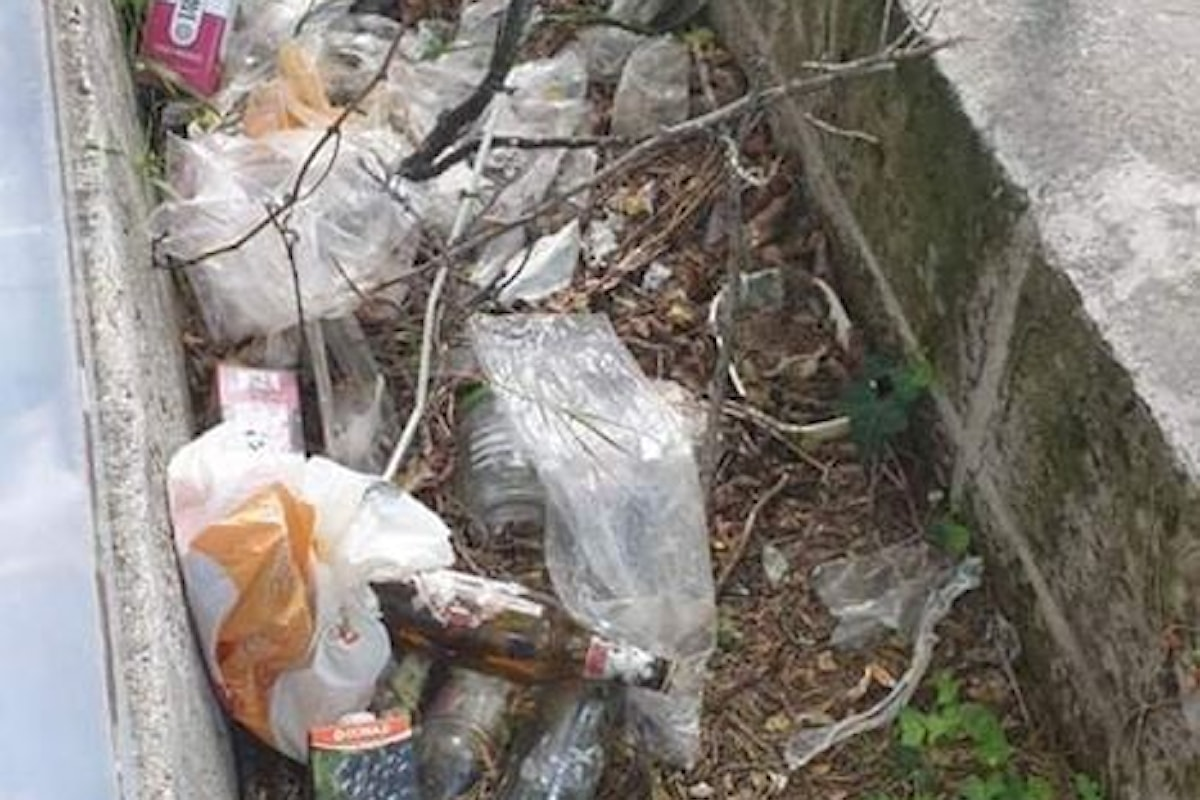 Vasto, rifiuti abbandonati da mesi in via Giuseppe Spataro: furiosi i residenti
