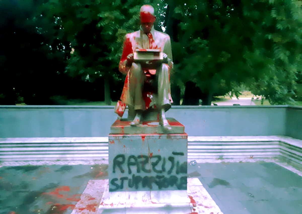 La statua di Montanelli imbrattata, ripulita ora dai cittadini indignati