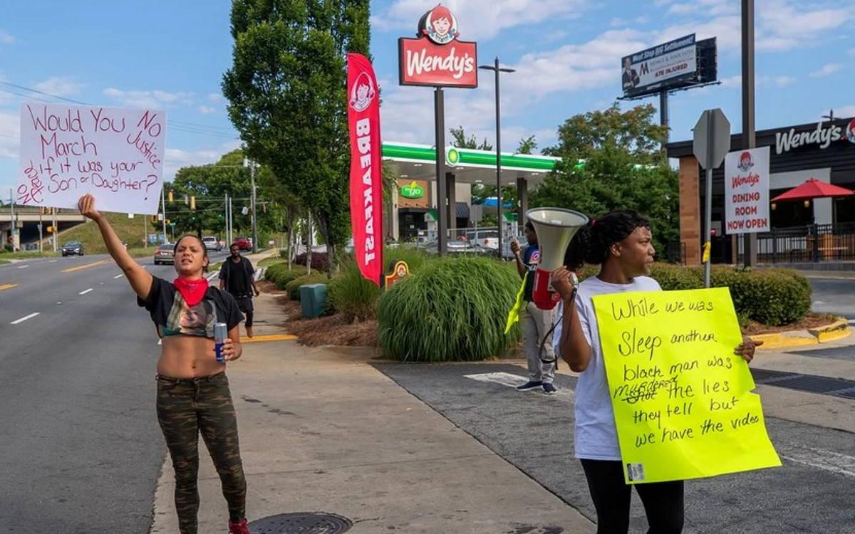 Un 27enne afroamericano, Rayshard Brooks, ucciso ad Atlanta dalla polizia: sospesi i due poliziotti coinvolti
