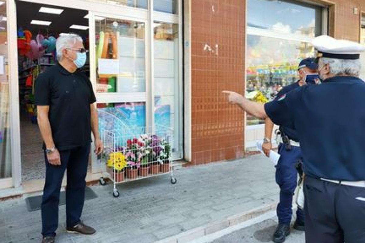 A Salerno in Campania ecco le prime tre multe da mille euro per non indossare la mascherina al chiuso.