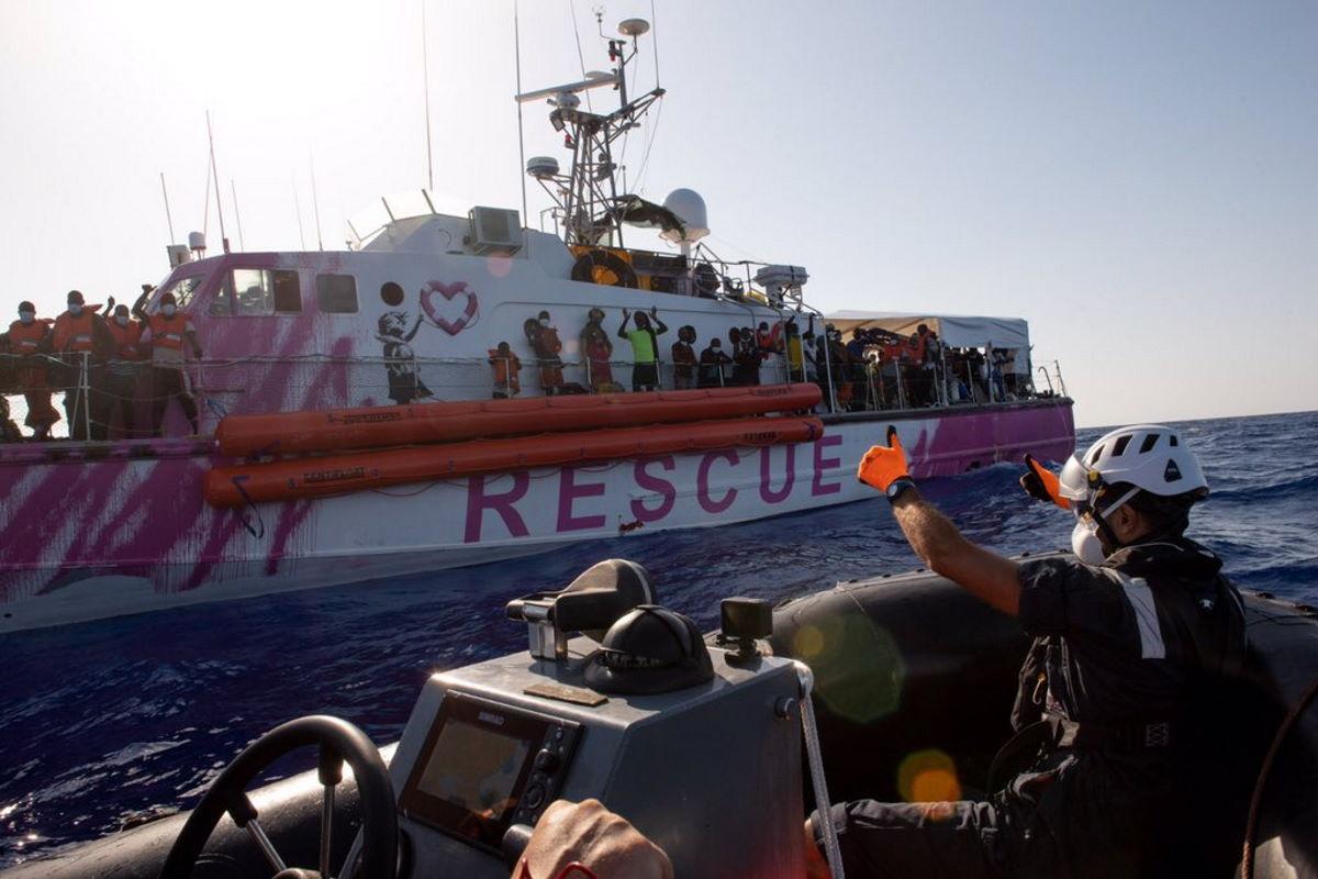 A bordo della Sea-Watch 4 i migranti della Louise Michel che aveva dichiarato lo stato di emergenza