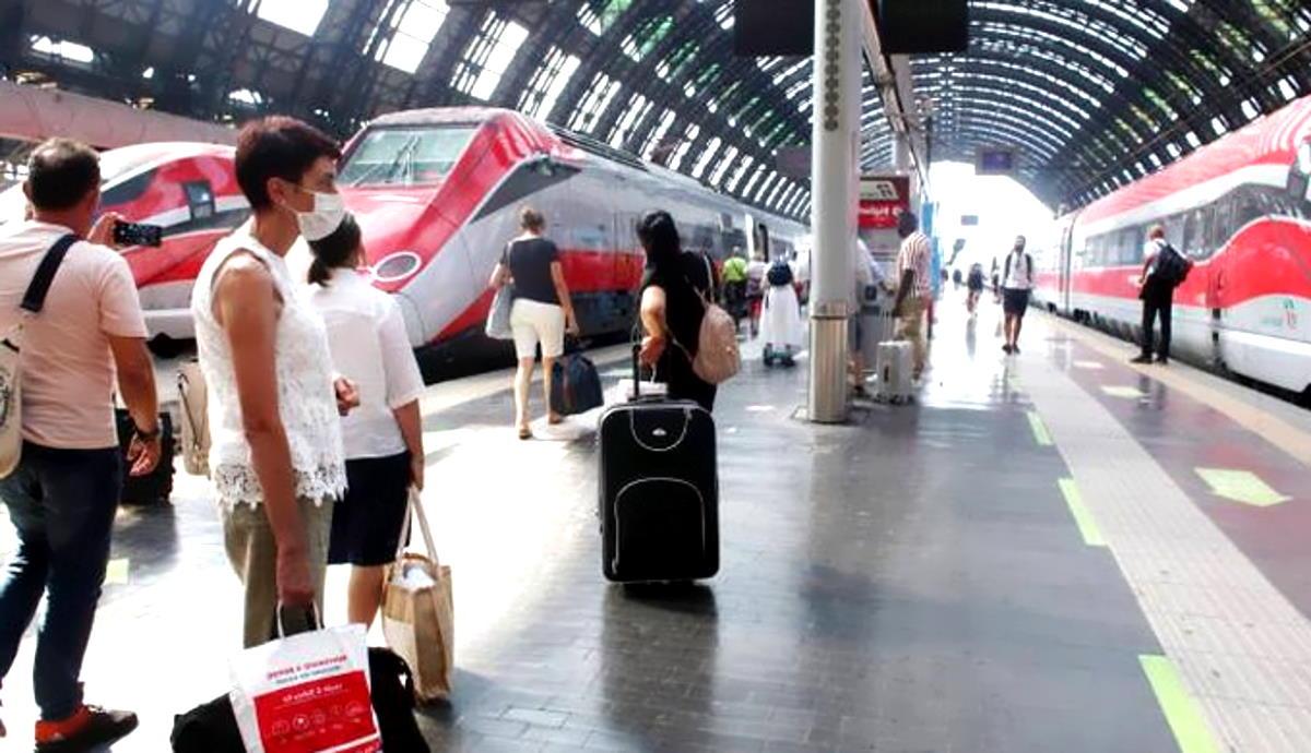 Il ministro Speranza boccia la ministra De Micheli: stop al Mit riguardo al distanziamento sui treni