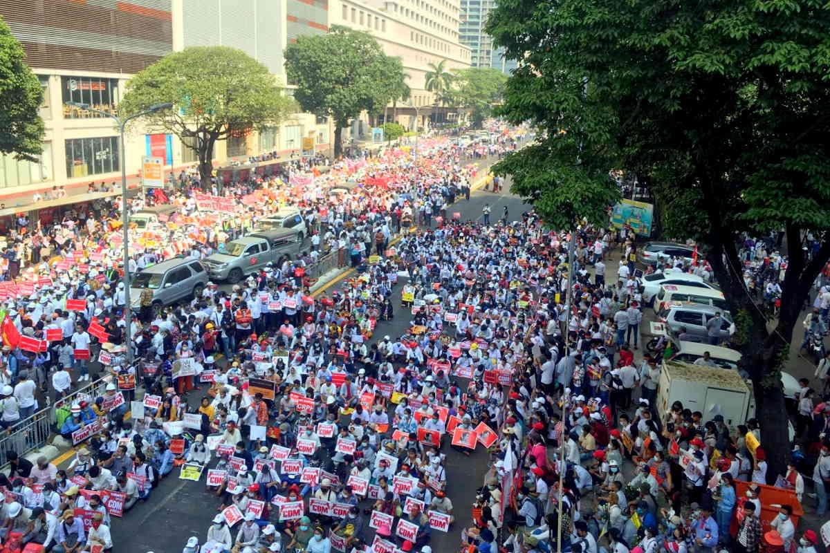 Myanmar: i militari chiedono di fermare le proteste e i manifestanti organizzano uno sciopero generale