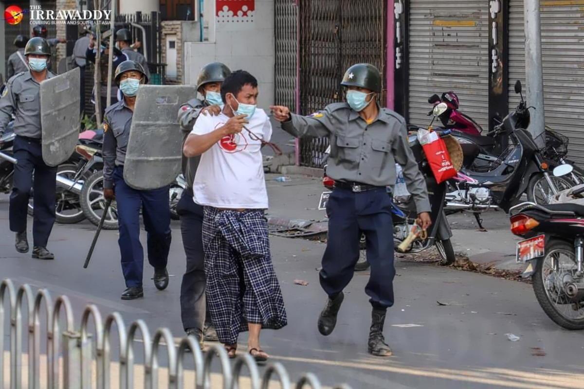 Centinaia i birmani scesi nuovamente in strada lunedì nonostante il giro di vite della giunta militare