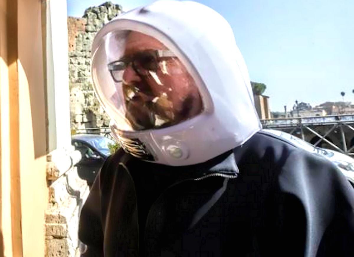 Quando un Elevato somiglia al classico signore con la scolapasta in testa...