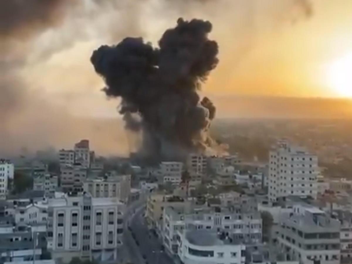 Sesto giorno di guerra tra Hamas e Israele che nella notte ha massacrato a Gaza un'intera famiglia