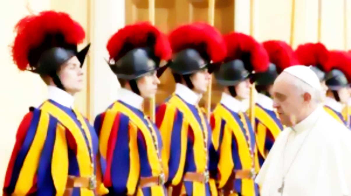 Tre guardie svizzere si ribellano al green pass: Non accettiamo l'obbligo di Bergoglio