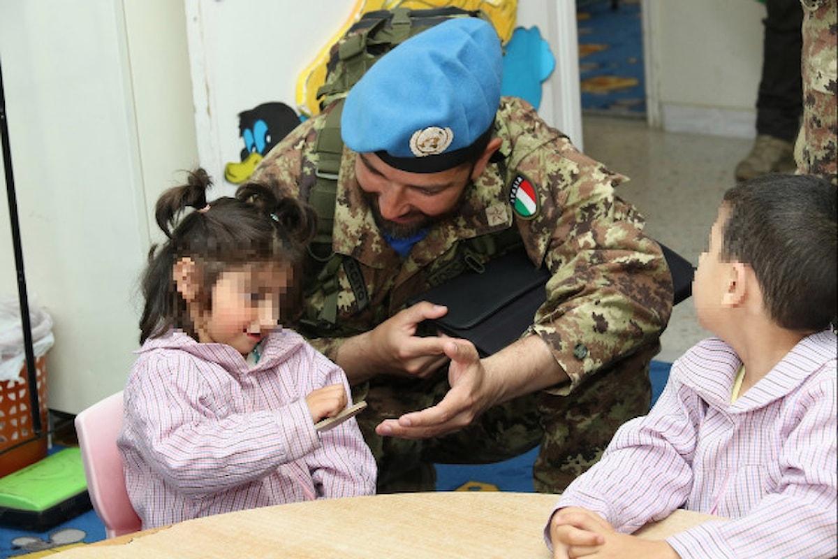 Libano, i militari italiani accolgono i bambini di un villaggio lungo la Blue Line