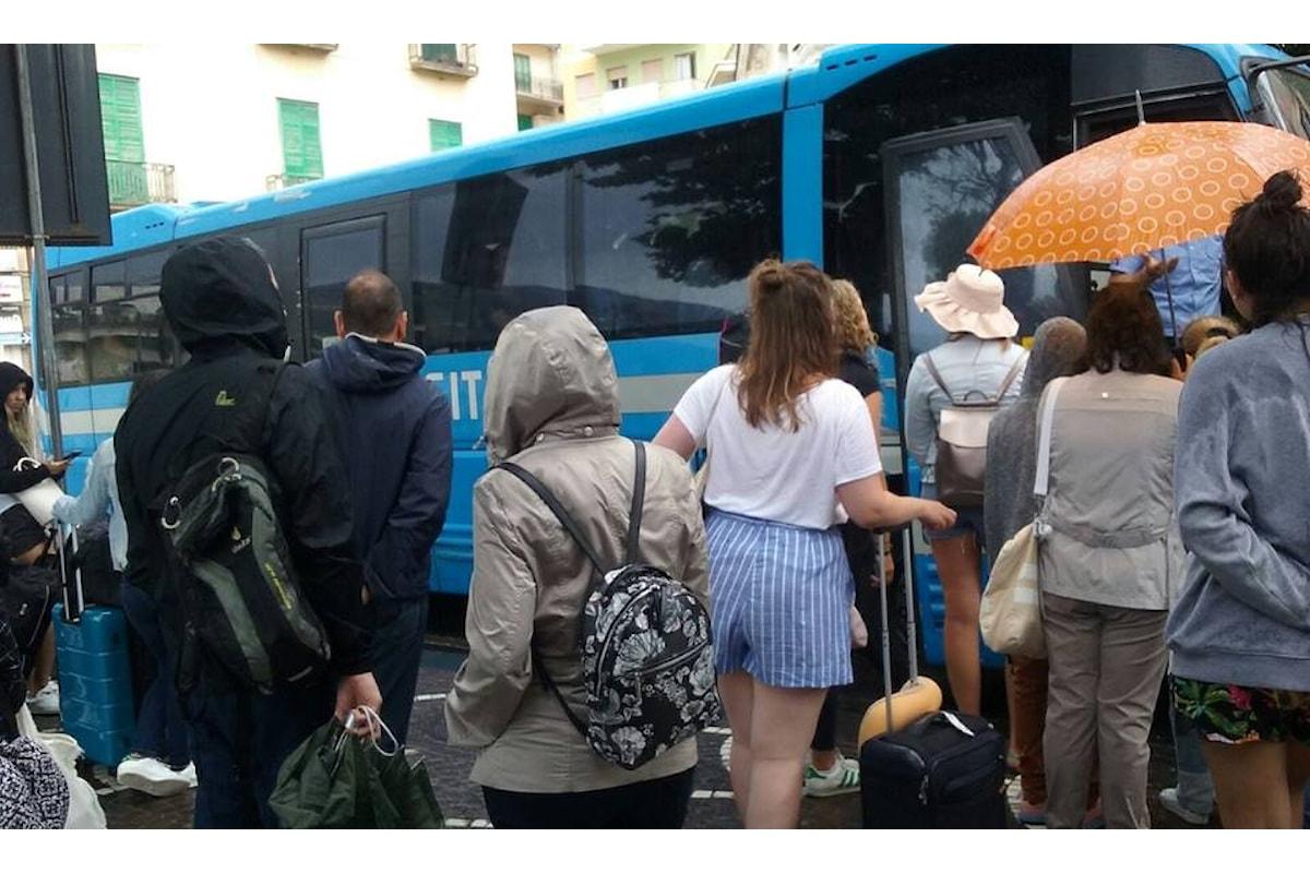 Costiera amalfitana, autobus pieni turisti e i residenti restano a terra