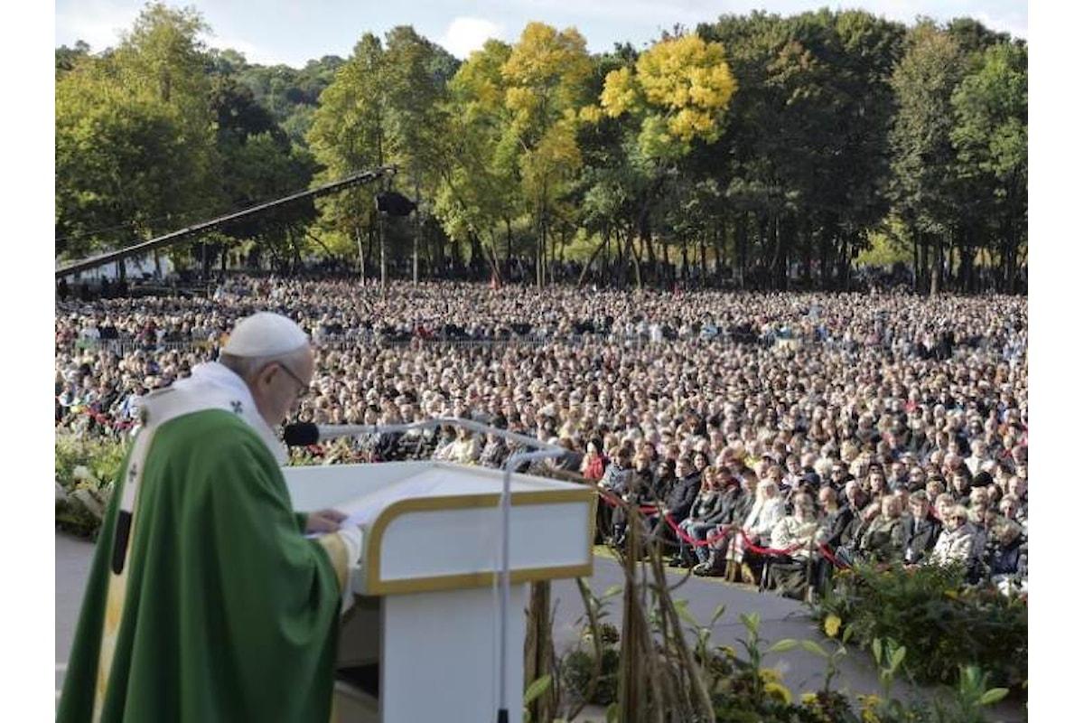 In Lituania, all'Angelus il Papa invita ad allontanare dai nostri ambienti e dalle nostre culture la possibilità di annientare l'altro