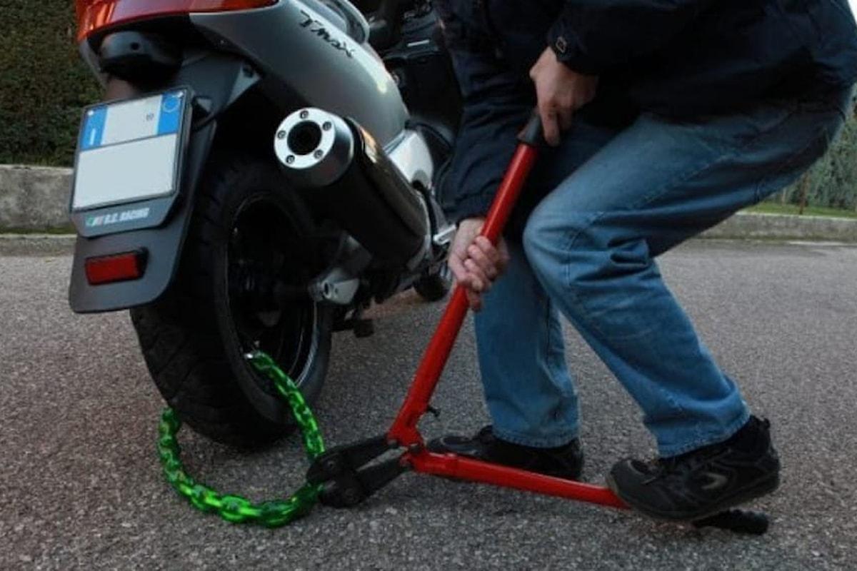 Rubano uno scooter, tre giovani nei guai nel salernitano