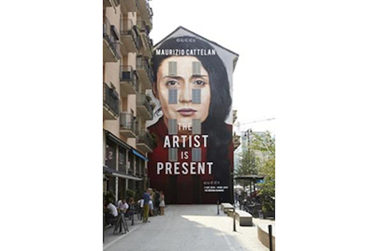Colpita alle spalle da uno sconosciuto, Marina Abramovic performing artist ed il remake di Maurizio Cattelan